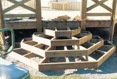 Rund/fyr-sexkantig trätrapp till altan