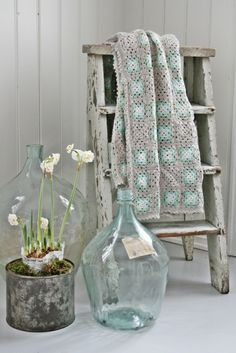 shabby ladder and recycled glass ♡ Old Ladder, Vintage Ladder, Wooden Ladder, Shabby Chic Decor, Vintage Decor, Porch Decorating, Interior Decorating, Vibeke Design, Crochet Home