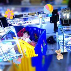 """Feiertage hin oder her... """"Ich helfe schnell mal Papa in seinem Shop"""", dachte sich wohl die Kleine ;)  #china #shenzhen #Shop #offline #game #Elektronik #goldenweek #nationalday #child #chinese #cute #smile #funny #sweet #playground"""