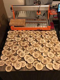Für die Hochzeit seiner Tochter fertigte Chris Ghramm Untersetzer aus Baumscheiben, in die er einen liebevollen Spruch brannte! #STEPCRAFT #CNC #DIY
