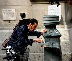 L'été 2009 nr rimait pas particulièrement avec canicule. néanmoins les fontaines de Paname sont toujours aussi prisées. Fontaine Paris Paname A la claire .. Fontaine ... l'eau devait être fraîche.. Une denrée si rare l'eau .. Bien à toi ! Fontaine Paris...