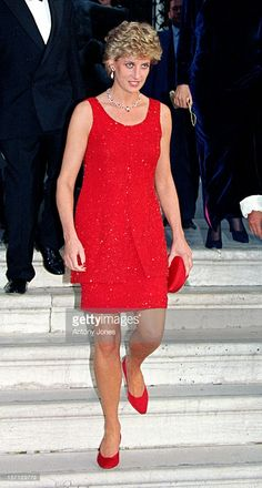 During a 1995 visit to Venice, Diana did the monochromatic thing in a red tank dress with matching clutch and pumps. Princess Diana Fashion, Princess Diana Family, Princess Of Wales, Princesa Diana, Diana Williams, Charles And Diana, Lady Diana Spencer, Royal Fashion, Thing 1