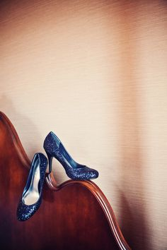 Love these sparkly blue shoes! Photo by Danielle. #minenapolisweddingphotographers #weddingshoes