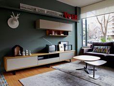 Los muebles claros de estilo escandinavo moderno contrastan con el color intenso de la pared. Bonita combinación si contamos con estancias muy luminosas. Via www.estudiovanguardia.com