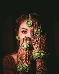 Awesome bride's mehendi design and bridal photoshoot ❤️❤️❤️ Mehendi Photography, Indian Wedding Photography Poses, Bride Photography, Flower Jewellery For Mehndi, Flower Jewelry, Face Jewellery, Indian Bridal Photos, Indian Wedding Bride, Mehndi Ceremony