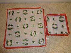 VINTAGE CHRISTMAS NAPKINS/ 10 PRETTY Holly/ Mistletoe / Wreath Design