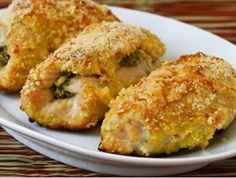 plněné kuřecí řízky 4 ks kuř řízků 4 špetky soli 4 strouž česneku 4 plátky debrecínky 2 PL hořčice 4 růžičky uvař brokolice 2 rozšleh vajce 1 miska strouhanky 1 miska hlad mouky Uvař brokolici rozmačkejte. Řízky naklepejte, osolte, potřete prolis česnekem a hořčicí, na každý plátek debrecínky a lžíci brokolice. Plátky masa přehněte nebo zatočte a upevněte jehlou na závitky. Maso obalte v trojobalu. Smažte zvolna dozlatova, nejlépe ve fritovacím hrnci. Podávejte s brambor kaší a zelenin…