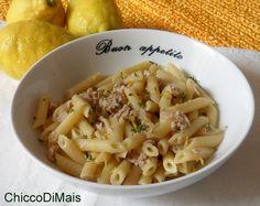 Pasta fredda con tonno e limone (ricetta veloce). Ricetta per una pasta fredda veloce con limone e tonno condita a crudo, un primo fresco, estivo e leggero