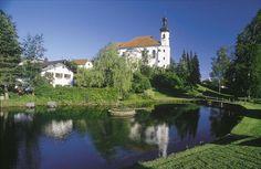 """Breitbrunn - umzingelt von Seen! Im Süden und Osten präsentiert sich der Chiemsee, das """"Bayerische Meer"""", im Norden die Eggstätt- Hemhofer Seenplatte. Breitbrunn hat mit dem längsten Uferbereich aller Chiemseegemeinden, wenn auch der Ortskern selbst nicht direkt am Chiemsee liegt. Sanfte Hügel und üppige Wiesen prägen die Landschaft um Breitbrunn."""