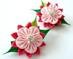 A flores se hacen en la técnica del tsumami kanzashi. Cocodrilo tipo pinzas de pelo con empuñaduras antideslizantes. Las flores están hechas de cintas del grosgrain. D flor ~ 2 pulgadas (5 cm). A petición del cliente se puede hacer una flor de coor diferentes combinaciones. Mis
