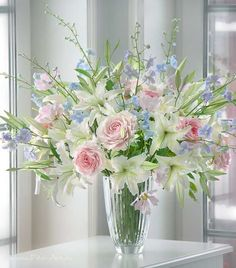 Beautiful flowers in a base. Clay Flowers, Table Flowers, Fresh Flowers, Spring Flowers, Beautiful Flowers, Arrangements Ikebana, Artificial Floral Arrangements, Bouquet Champetre, Beautiful Flower Arrangements
