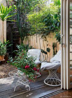 Inspiração para decoração de área externa cheia de plantas. Perfeito para relaxar no final de tarde e receber os amigos.
