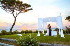 Romantic place at sunset #NelloDiCesarePhotography #couple #bride #groom #location #wedding #WeddingPlanner #photography #garden #green