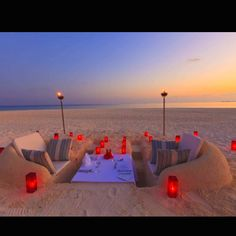 Funny pictures about Romantic Beach Dinner. Oh, and cool pics about Romantic Beach Dinner. Also, Romantic Beach Dinner photos. Beach Dinner Parties, Beach Party, Picnic Parties, Party Fun, Alvor Portugal, Maldives Resort, Maldives Travel, Visit Maldives, Maldives Accommodation