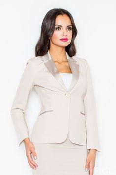 Krásne elegantné sako so saténovou fazónou a lemovaním na vreckách, ideálne v kombinácii s úzkou sukňou alebo úzkymi nohavicami. Vhodné na pracovné stretnutia ako aj do spoločnosti.Yves Saint Laurent musel mať krásnu víziu, keď dal ženám sako tohoto štýlu - nadčasové, veľmi ženské s jemnými mužskými črtami, vysoko noblesné, jednoducho prvá pomoc v situácii, keď potrebuješ byť rýchlo Tip Top. Tip stylistky: Puzdrová sukňa  Dodacia doba cca 10 pracovných dní.Veľkostné tabuľky