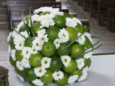 Addobbo floreale per la chiesa composto da lime e margherite olandesi Design Floral, Deco Floral, Arte Floral, Decoration Evenementielle, Flower Decorations, Wedding Decorations, Church Flower Arrangements, Fruit Arrangements, Fresh Flowers