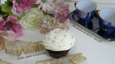 I cupcakes e ganache al cioccolato bianco sono dei deliziosi dolcetti al cacao decorati con una golosa crema di cioccolato e panna.