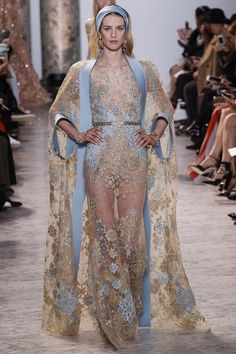 Elie Saab Spring 2017 Couture Fashion Show Collection: See the complete Elie Saab Spring 2017 Couture collection. Look 18 Elie Saab Couture, Fashion 2017, Runway Fashion, High Fashion, Fashion Show, Luxury Fashion, Fashion Outfits, Luxury Beauty, 1950s Fashion