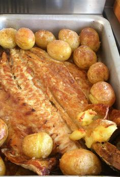 Peixe assado com batatas. Clean Recipes, Fish Recipes, Seafood Recipes, Paleo Recipes, Fish Dishes, Seafood Dishes, Brazillian Food, Brazilian Dishes, Fish And Meat