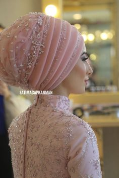 Dilamed You will find different rumors about the history of the wedding dress; tesettür First Narration; Turban Hijab, Hijab Gown, Wedding Hijab Styles, Disney Wedding Dresses, Pakistani Wedding Dresses, Pashmina Hijab Tutorial, Hijab Style Tutorial, Bridal Hijab, Hijab Bride