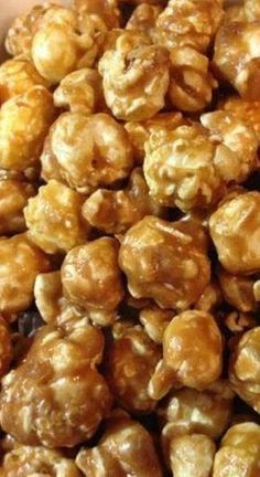 This easy caramel corn recipe is sure to be a crowd pleaser. The no fail recipe ensures a sweet and crunchy caramel corn with just the right texture. Caramel Corn Recipes, Popcorn Recipes, Candy Recipes, Snack Recipes, Cooking Recipes, Homemade Carmel Corn, Carmel Popcorn Recipe Easy, Flavored Popcorn, Gourmet Popcorn