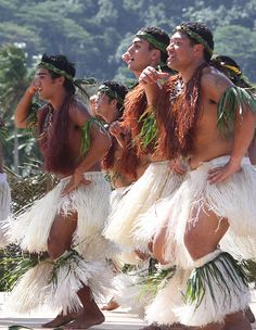 Tahitian men in traditional white skirts, Tahiti, Pacific. Polynesian Men, Polynesian Dance, Polynesian People, Polynesian Culture, Tahitian Costumes, Tahitian Dance, Society Islands, Bora Bora, Costumes Around The World
