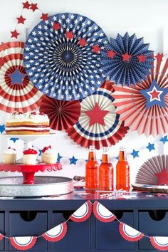 Looking to host a picnic or bbq for the of July. Celebrate America's birthday and go all out with a patriotic tablescape for your backyard BBQ with these these decorating ideas are a definite Independence Day hit. Fourth Of July Decor, 4th Of July Celebration, 4th Of July Decorations, 4th Of July Party, July 4th, America Birthday, July Birthday, First Birthday Parties, 4. Juli Party