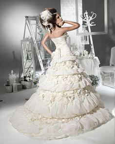 Cheap Awesome Ball Gown Sweetheart Floor Length Appliques Tiered Wedding Dreses 2012 at Weddingdressunion.com