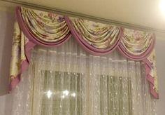 Mantovana a tre drappeggi con tessuto floreale e bordi in tinta unita