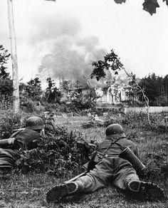 """1941, Union Soviétique, 2 """"Gebrirgsjäger"""" allemands (troupes de montagne) observent une maison en feu  """