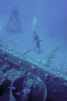 Wreck of American aircraft carrier - Business Insider Underwater Photos, Underwater Photography, Underwater Shipwreck, Underwater Ruins, Abandoned Ships, Abandoned Places, Ride Captain Ride, Scuba Destinations, Trekking