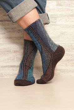 Мужские носки• Размер 42-43 (44-45) Вам потребуется: • Носочная х/б пряжа (420 м / 100 г): по 100 г разноцветной пряжи в коричнево-синих тонах для строф и 100 г коричневого цвета для пауз • 2 па…