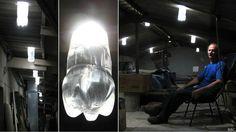 """Brasileiro criou a """"lâmpada"""" que aproveita energia solar com garrafa pet durante a série de apagões que o Brasil enfrentou em 2002"""