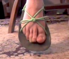 Learn how to tie your huarache sandals so they slip on and off in a breeze. This design is one method to make shoes from scratch for your own custom handmade sandals. Click through to watch the video and DIY! Running Sandals, Most Comfortable Shoes, How To Make Shoes, Bare Foot Sandals, Look Chic, Huaraches, Barefoot, Breeze, Ties