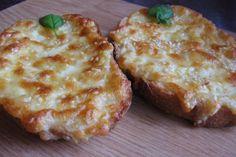 Gyors éhségűző: fokhagymás sajtos melegszendvics