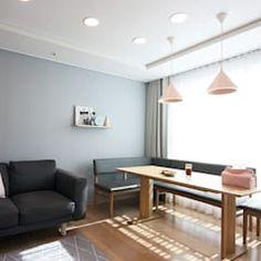 핑크 포인트 새아파트 신혼집 홈스타일링: homelatte의 거실 Relax, Dining Bench, My House, New Homes, Living Room, Interior Design, Table, Projects, Furniture