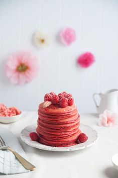 Photos via: Design Love Fest Red Velvet Pancakes recipe - So pretty I wouldn't want to eat them. Valentinstag Party, Brunch, Crepes, Yummy Treats, Sweet Treats, Red Velvet Pancakes, Romantic Meals, Dessert Recipes, Desserts