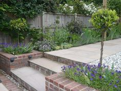 The type of steps we need in our garden from patio down to lawn with raised buil. - The type of steps we need in our garden from patio down to lawn with raised built in borders either side Source by edandcaris - Diy Garden, Terrace Garden, Walled Garden, Courtyard Gardens, Tiered Garden, Garden Stairs, Wooden Garden, Garden Beds, Small Garden Design