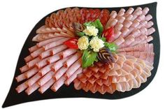 Presentation of dishes of raw vegetables - Best Appetizers - Futter - Appetizers Easy Meat And Cheese Tray, Meat Trays, Meat Platter, Food Trays, Meat Appetizers, Appetizers For Party, Appetizer Recipes, Sandwich Appetizers, Christmas Appetizers