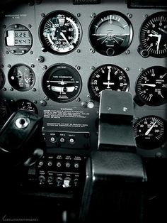 Cessna 172 cockpit This makes me want to learn how to fly. Aircraft Instruments, Private Pilot License, Cessna Aircraft, Plane And Pilot, Cessna 172, Airline Pilot, Pilot Training, Flight Deck, Airplanes