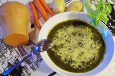 Les fanes de carottes font de bonnes soupes vertes, les fanes de radis ou de navet, les fanes de carottes sont comestibles. feuilles de céleri en branches..