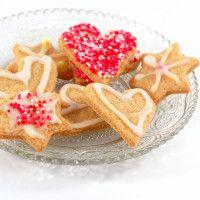 Disse småkakene har et hint av sitron, og med melisglasur laget med sitronsaft blir smaken enda friskere. Kakene dekoreres etter sesong og anledning.