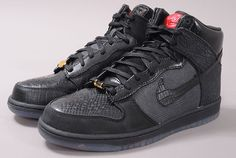 Nike Dunk Hi Premium QS  http://www.queens.cz/wear/30376/2/nike-dunk-hi-premium-qs-black-black-varsity-red/