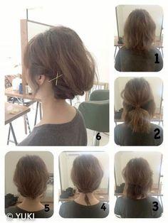 髪をハーフアップにしてくるりんぱし、残りの髪をねじってまとめて内側に入れ込むだけで大人のローアップスタイル。 髪が短くてもアップ風のヘアアレンジが楽しめます。