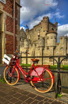 Gent, Belgium , het gravensteen op de achtergrond. http://www.travelbrochures.org/220/europa/travel-belgium