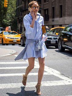 Look de Olivia Palermo com vesyido azul e camisa xadrez amarrada na cintura.