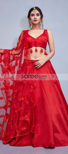 This plain red lehenga choli will get you all the attention that you desire! Stunning with all its simplicity, the red taffeta silk lehenga has minimalistic details of red tassels on the blouse and subtle flower details on the net dupatta. Lehenga Skirt, Lehenga Style, Indian Bridal Lehenga, Silk Lehenga, Lengha Choli, Lehenga Choli Wedding, Lehnga Dress, Lehenga Blouse, Silk Sarees