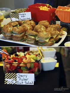Criar plaquinhas com o nome dos pratos é uma ótima solução para informar seus convidados sobre o conteúdo de cada um deles.