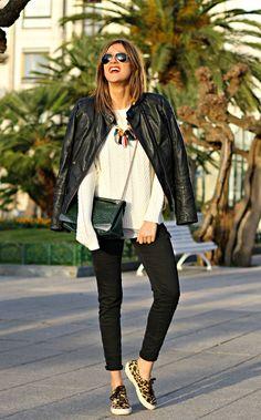 El binomio black and white es apto para cualquier ocasión. Descubre los looks de las blogueras de moda y consigue el mejor look blanco y negro.