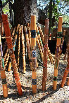 Didgeridoos-Didgeridoos The didgeridoo (also known as a didjeridu) is a wind in. Didgeridoos-Didgeridoos The didgeridoo (also known as a didjeridu) is a wind instrument developed by Indigenous Austr Aboriginal Culture, Aboriginal People, Aboriginal Art, Didgeridoo, Cultures Du Monde, Flautas, Les Continents, Painted Sticks, Sticks And Stones